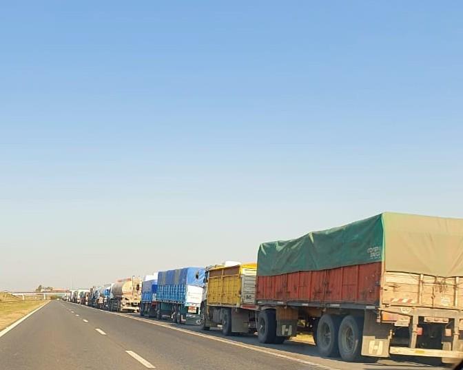 Larga fila de camiones formada por los piquetes del gremio de la construcción