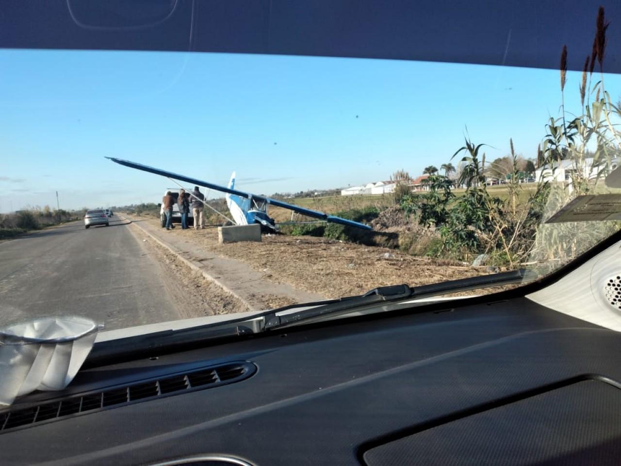 La avioneta, vista desde un automóvil que circulaba por el lugar.