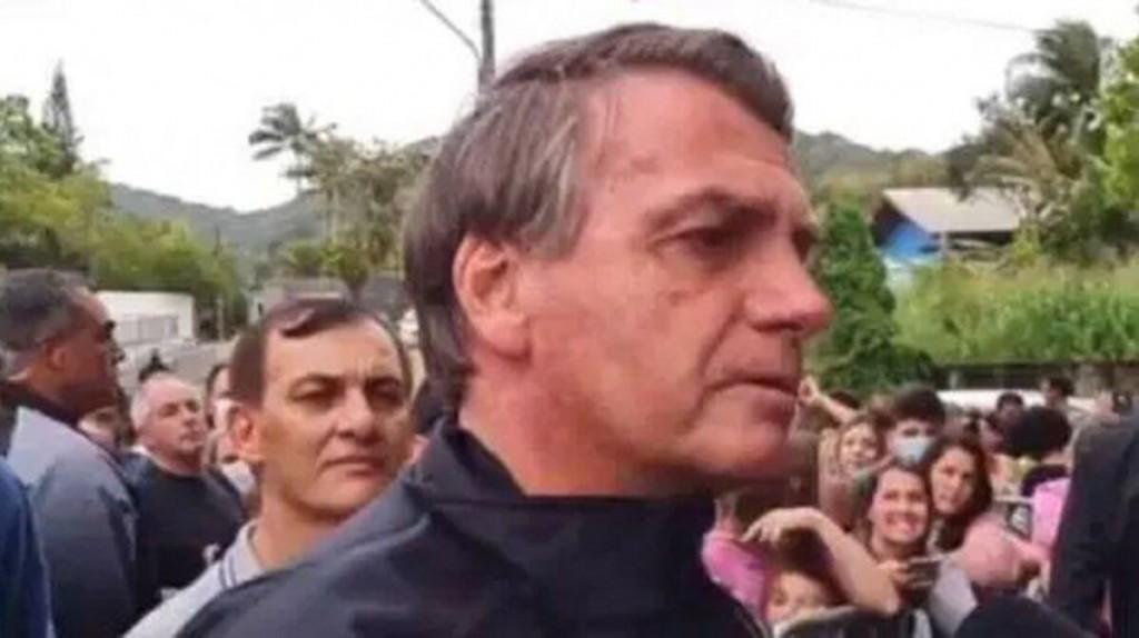 Bolsonaro, sin tapabocas ni vacunado, se quejó en la puerta del estadio.