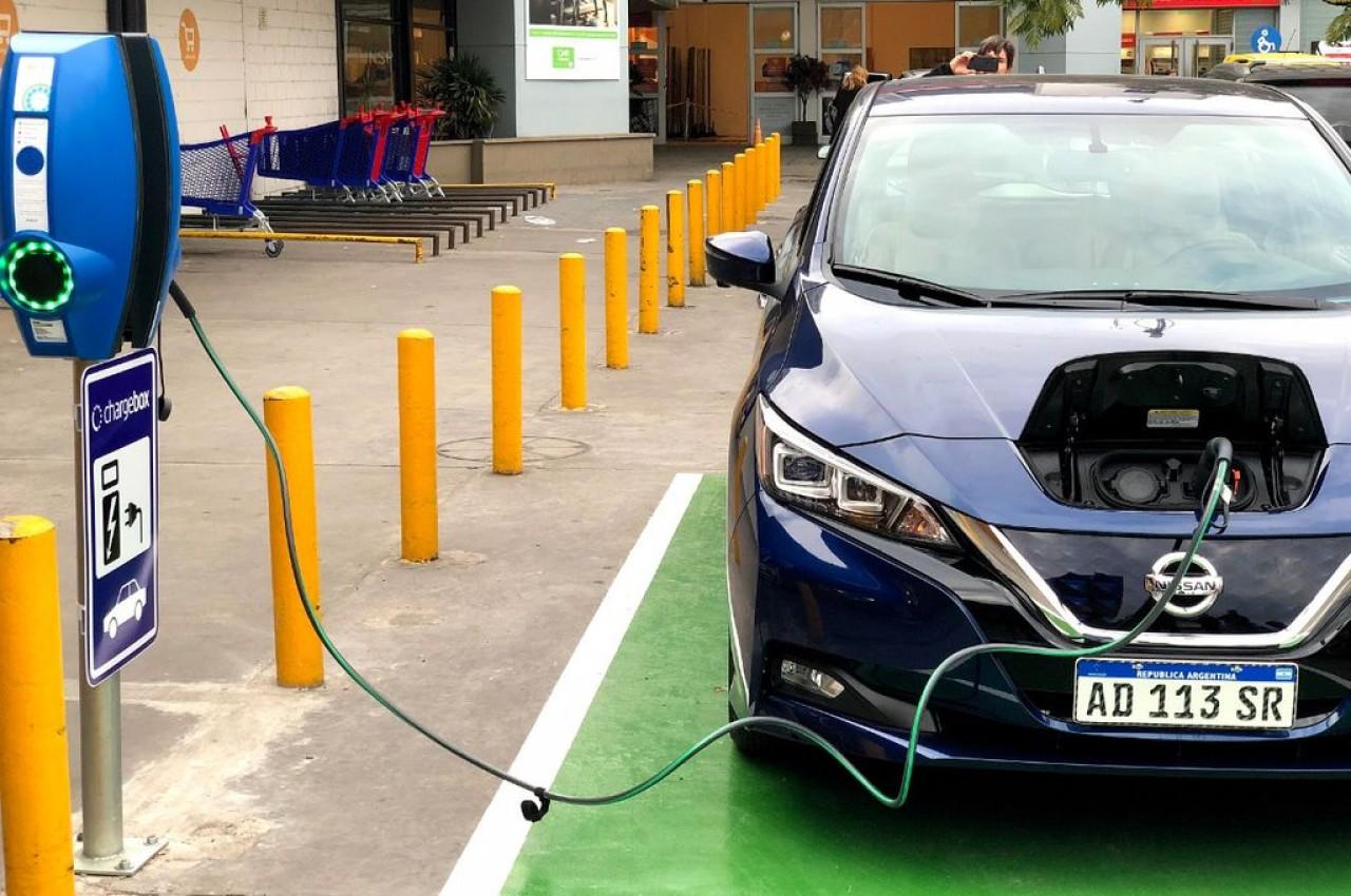 El Gobierno prorrogó baja de aranceles para importar autos eléctricos