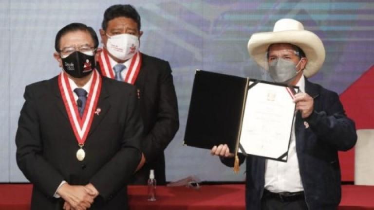 Castillo asume la presidencia en Perú rodeado de desafíos económicos, sanitarios y de mayoría opositora