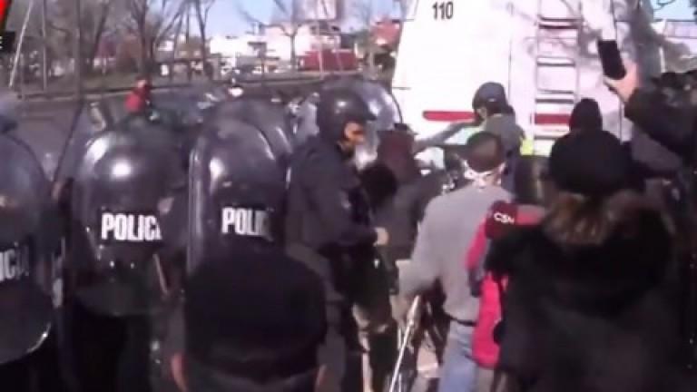 Manifestantes se enfrentaron con la Policía durante una protesta en la autopista Dellepiane