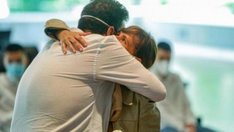 Vuelven los abrazos entre familiares y amigos en el Reino Unido