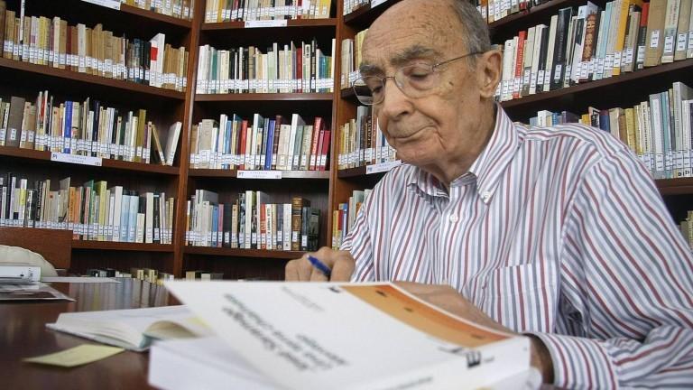 """José Saramago y su """"casa hecha de libros"""""""