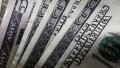El dólar experimenta un leve descenso en los bancos