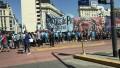 Organizaciones sociales protestan en el Obelisco por cierre de programa social de limpieza de veredas