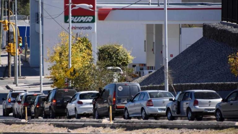 Neuquén: se agrava la escasez de combustibles y las colas para cargar nafta superan el kilómetro