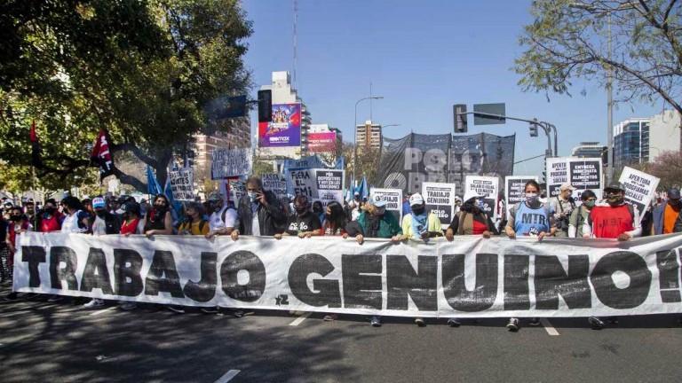 Hubo caos de tránsito y cortes en la 9 de Julio por protestas de organizaciones sociales contra el Gobierno
