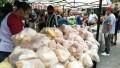 """""""Panazo"""" en Plaza Once: centenares de personas recibieron mil kilos de pan en forma gratuita"""