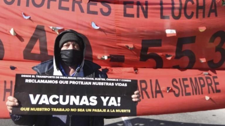 Choferes de micros mantienen un corte parcial en la 9 de Julio y colectiveros realizaron una protesta en Liniers y el Puente Pueyrredón